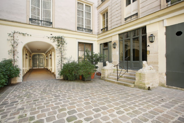 Image showing cobbled courtyard of a classic Paris property